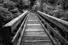 Oude houten brug met veiligheidssporen Stock Afbeelding