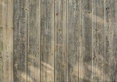 Oude houten bruine omheining voor achtergrond van raad van verschillende breedten stock afbeeldingen
