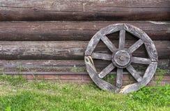 Oude Houten Cartwheel Wiel van de oude door paarden getrokken kar stock foto