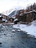 Oude houten chaletgebouwen in het Zwitserse alpiene dorp van zermatt Royalty-vrije Stock Foto's