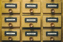 Oude houten de cataloguslade van archiefdossiers royalty-vrije stock foto's