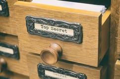 Oude houten de cataloguslade van archiefdossiers, Bovenkant - geheime dossiers royalty-vrije stock afbeelding