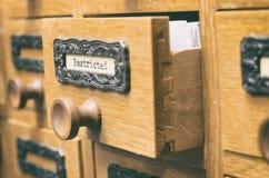 Oude houten de cataloguslade van archiefdossiers, dossiers royalty-vrije stock afbeelding