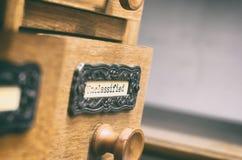 Oude houten de cataloguslade van archiefdossiers, Niet geclassificeerde dossiers stock afbeelding