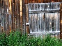 Oude houten deur aan een loods Royalty-vrije Stock Foto's