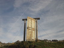 Oude houten deur in de bergen, Oberstdorf, Allgau, Duitsland Royalty-vrije Stock Foto's