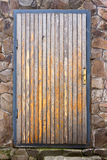 Oude houten deur in een kader en een doos Stock Foto