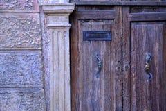 Oude houten deur en brievenbus stock afbeeldingen