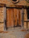 Oude houten deur en de historische bouw Royalty-vrije Stock Foto