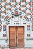 Oude houten deur en patroonmuur van baksteen Stock Foto's