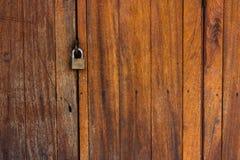 Oude houten deur en zeer belangrijk slot Stock Afbeelding
