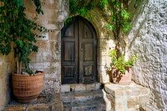 Oude houten deur in Lindos stock fotografie