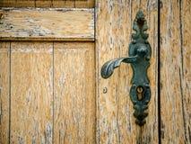 Oude houten deur met deurknop Royalty-vrije Stock Foto's