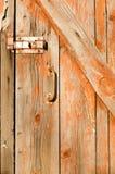 Oude houten deur met een handvat en een oud kasteel Royalty-vrije Stock Afbeeldingen