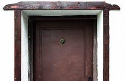 Oude houten deur met een hoofd van de bronsleeuw royalty-vrije stock foto's