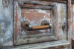 Oude houten deur met een slot stock foto