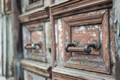 Oude houten deur met een slot royalty-vrije stock afbeeldingen
