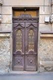 Oude houten deur met gesmede raamkozijnen Stock Foto