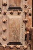 Oude houten deur met gevormde de trede van smeedijzerdetails royalty-vrije stock foto's