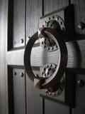 Oude houten deur met handvat royalty-vrije stock fotografie