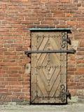 Oude houten deur met hangslot stock foto