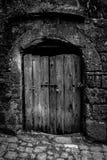 Oude houten deur met hangslot in Sorano stock afbeeldingen