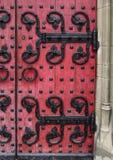 Oude houten deur met ijzerscharnieren stock afbeelding