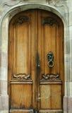 Oude houten deur met ornament en origineel metaal stock afbeelding