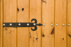 Oude houten deur met scharnier Stock Fotografie
