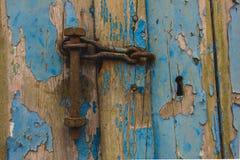Oude oude houten deur met schilverf en roestig hangslot stock fotografie