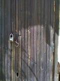 Oude houten deur met slot royalty-vrije stock afbeelding