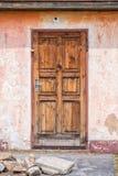 Oude houten deur met stenen, architectuurdetail Stock Afbeelding