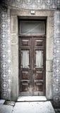 Oude houten deur met venster op de muur met keramische tegel gestemd Stock Afbeelding