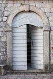 Oude houten deur in Montenegro stock afbeelding