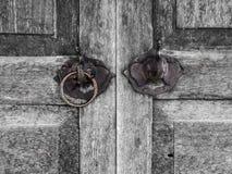 Oude houten deur ontworpen decoratieolifant stock fotografie