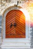 Oude Houten Deur op Bakstenen muur Grunge Zonlicht op antieke deur Royalty-vrije Stock Fotografie