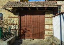Oude houten deur op een Huis in Prespa - Resen Stock Foto