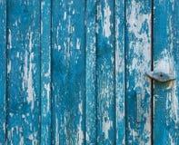 Oude houten deur, raad, sjofele verf, houten textuur Stock Foto