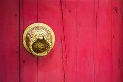 Oude houten deur in roze muur Stock Afbeelding