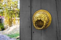 Oude houten deur in roze muur de typische architectuur van China Royalty-vrije Stock Foto