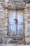 Oude houten deur in steenmuur in uitstekende stijl royalty-vrije stock fotografie