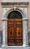 Oude houten deur van een historisch gebouw in Perugia (Toscanië, Italië) stock afbeeldingen