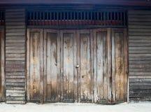 Oude houten deuren, houten achtergrond, Islamitische alfabetverf royalty-vrije stock foto