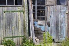 Oude houten deuren en vensters met installatie op muur Stock Foto