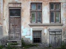 Oude houten deuren en vensters met installatie op muur Stock Afbeelding