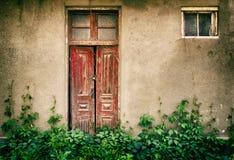 Oude houten deuren en vensters met installatie op muur Stock Afbeeldingen