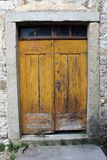 Oude houten deuren met glas hoogste vensters stock afbeeldingen