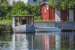 Oude houten die boot aan het dok bij overzees vijf wordt vastgelegd Royalty-vrije Stock Fotografie