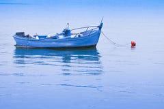 Oude houten die boot op kalm meer wordt vastgelegd - beeld met exemplaarruimte stock fotografie