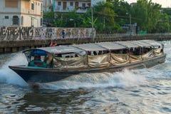Oude houten die passagiersveerboot een klein kanaal wordt doorgenomen Royalty-vrije Stock Afbeeldingen